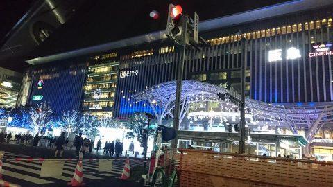 福岡市博多駅前のイルミネーションと共に。